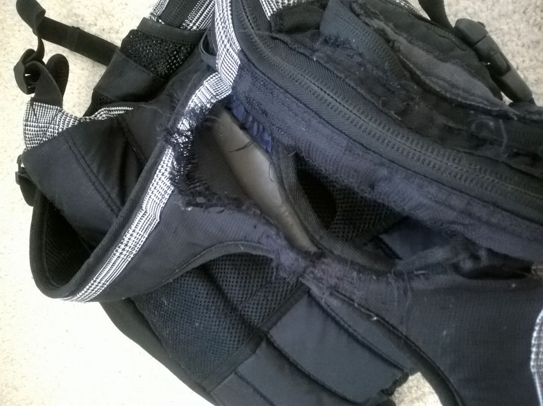 Ruční zašití potrhaných částí batohu, které nelze zašít strojově